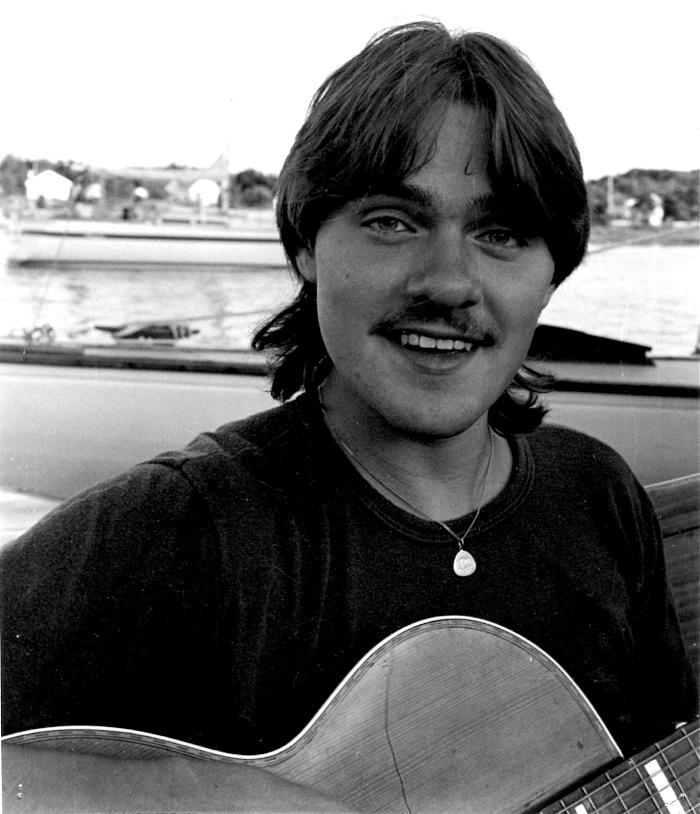 Hans Nicklasson med gitarr i båt på Koster 1984