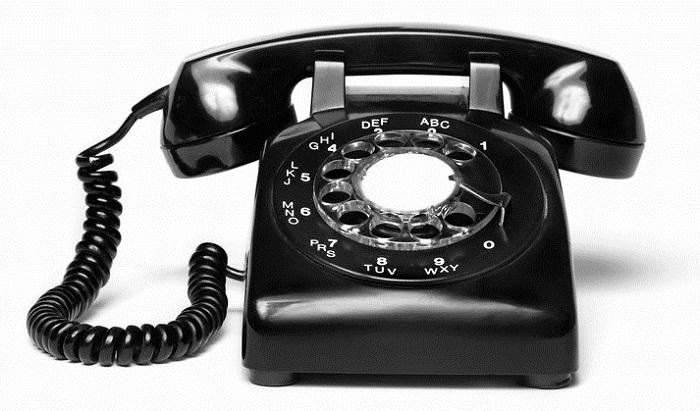 En gammal fast telefon.